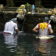 Balinese Hindu take a holy bath in the Tirta Empul Temple in Bali - Indonesia — Lizenzfreies Foto