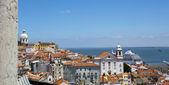 Kijk op de oude wijk alfama in lissabon met de taag in de achtergrond — Stockfoto