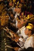 Balinés juega el gamelan durante una ceremonia de la danza hindú en un templo en bali, indonesia — Foto de Stock