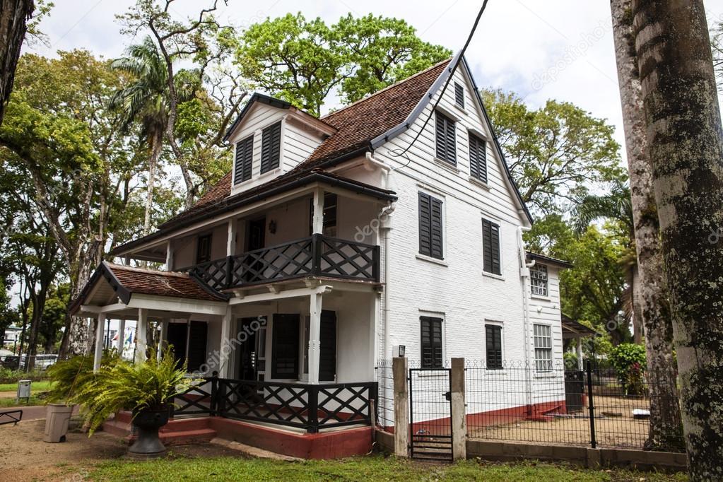 Maison en bois n erlandais coloniale dans le centre de for Maison coloniale en bois