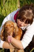 портрет молодой девушки, обнимая ее собака — Стоковое фото