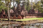 Banteay srei tempel in de jungle — Stockfoto