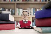 Vrolijke student in bibliotheek — Stockfoto