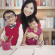 Family in library — 图库照片