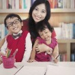 Family in library — Stockfoto