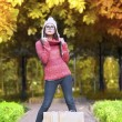 Shopping girl in autumn park — Stockfoto