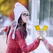 Shopping girl avec carte de crédit — Photo #13355810
