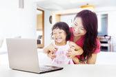 šťastná rodina s laptop doma — Stock fotografie