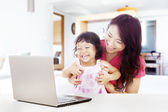 счастливая семья с ноутбуком на дому — Стоковое фото