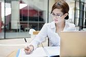 Affärskvinna skriver på ett dokument — Stockfoto