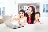 Familia feliz disfrutando de entretenimiento portátil — Foto de Stock