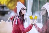 Winkelen meisje met credit card — Stockfoto