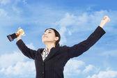 Affärskvinna firar med trofé i hand — Stockfoto