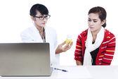 Doctor dar receta al paciente — Foto de Stock
