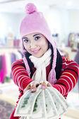 Uśmiechnięta młoda kobieta podając dolarowych — Zdjęcie stockowe