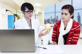 Doctor mostrando solución amarilla a paciente — Foto de Stock