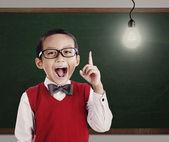 Estudante do ensino fundamental com a brilhante idéia — Foto Stock
