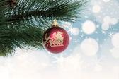 圣诞摆设挂在松树上 — 图库照片
