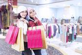 Przyjaciele shopaholic gospodarstwa torby w centrum handlowym — Zdjęcie stockowe