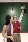 Trophy and winner kiss by mum at class — Stock Photo