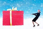 Mulher de negócios puxar o presente de Natal na neve com corrente — Fotografia Stock
