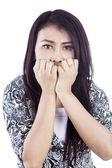 Beyaz bitti izole kadın korkmuş yüz ifadesi — Stok fotoğraf