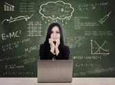 Estudiante miedo frente a la prueba en línea con el ordenador portátil — Foto de Stock
