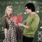 leuke nerd jongen en meisje geven van liefde in de klas — Stockfoto