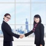 podnikání žen partnerství s přenosným počítačem v kanceláři — Stock fotografie