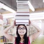 studentky nést knihy na hlavu — Stock fotografie