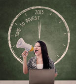 Announce invest time with speaker and laptop — Foto Stock