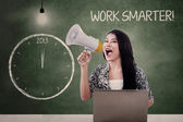 Businesswoman announce to work smarter in 2013 — Stock Photo