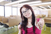 Girl student thumb up in class — Stock fotografie
