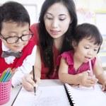 mère enseigner aux enfants à écrire — Photo #17038373