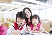 Matka povzbudit děti, aby se kreativní — Stock fotografie
