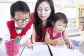 Matka učí děti psát — Stock fotografie