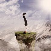 Handstand uomo d'affari con il portatile di natura — Foto Stock