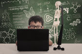 Asijské boy studovat s notebookem — Stock fotografie