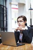Vertrouwen zakenvrouw en laptop — Stockfoto