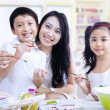 Family painting eggs in class — Stockfoto