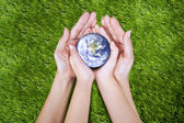 Jorden i händer — Stockfoto