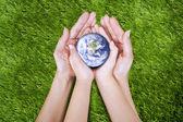 手に地球 — ストック写真