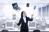 Empresaria multitarea usando portátil, reloj, calculadora, teléfono — Foto de Stock