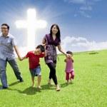 Aziatische familie wandeling in Pasen — Stockfoto