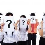 colleghi tenendo punto interrogativo segni — Foto Stock