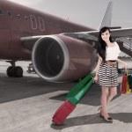 viajes afluente - hermosa mujer llegan al aeropuerto — Foto de Stock