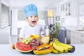 Szczęśliwy chłopiec łączy zdrowych soków w domu — Zdjęcie stockowe