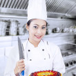 Chef holds knife and dessert — 图库照片