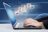Laptop i raport globalny wykresy słupkowe — Zdjęcie stockowe