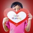 jongen geven liefde kaart aan moeder — Stockfoto